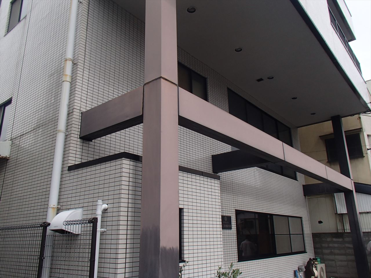 西京区丸二電機様パネル塗り替えの施工前写真その1
